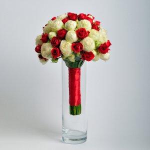 Букет невесты из кустовых красных и белых роз.