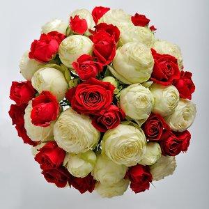 Букет невесты из кустовых красных и белых роз, вид сверху.