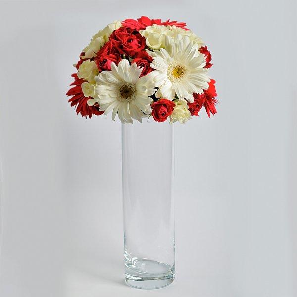 Красто-белая композиция для стола гостей.
