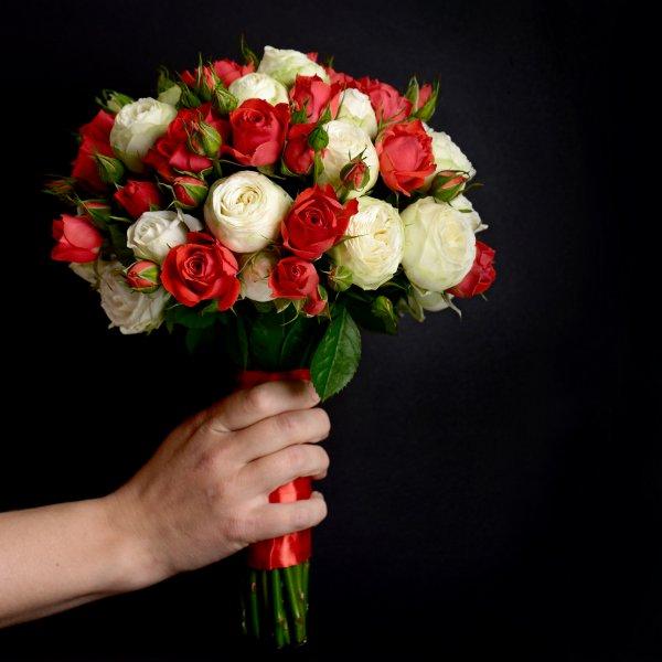Свадебный букет из красных и белых кустовых роз