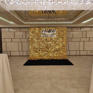 Фотозона с золотой фольгой на прямоугольном каркасе в холле Regent Hill - Pion Bouton, Киев.