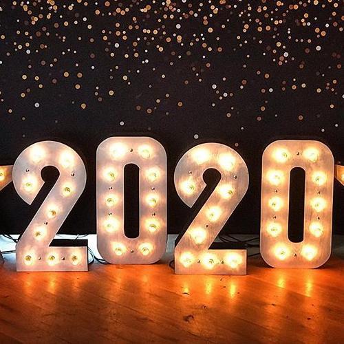 """2020"" цифры с светящимися лапочками в фотозоне"