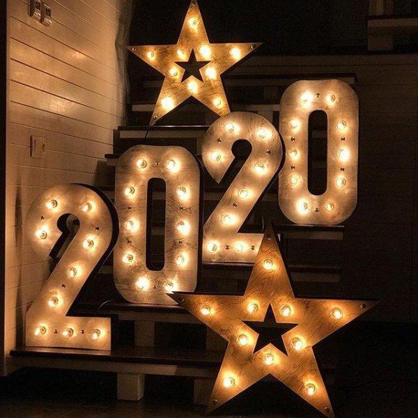 """Фотозона с звездами и цифрами """"2020"""" на ступенях в аренду"""