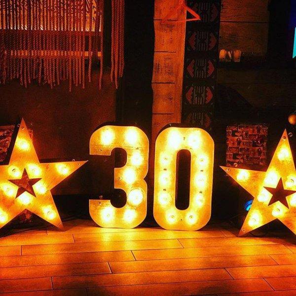 """Светящиеся цифры """"30"""" и светящиеся звезды для фотозоны на юбилей в аренду."""