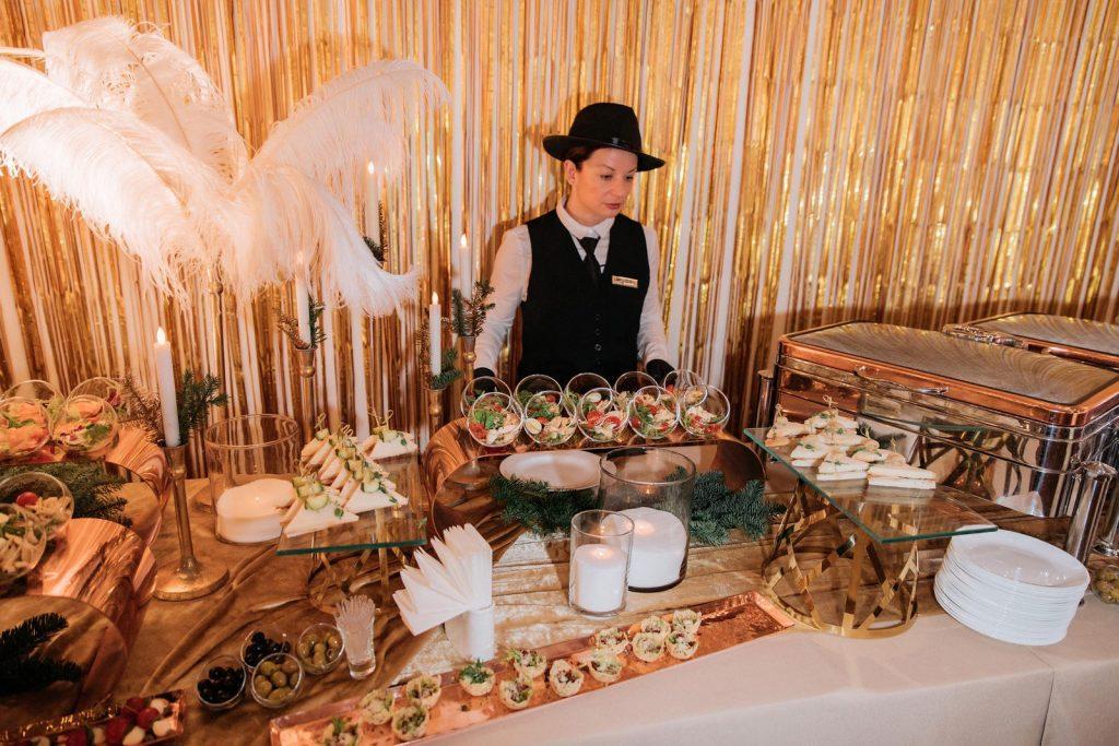 Шведский стол в стиле Великий Гэтсби с официантом.