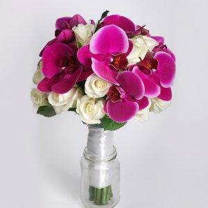 Фиолетовый букет невесты из орхидеи и роз в стакане, Киев.
