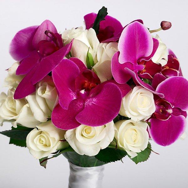 Цветы в фиолетово-белом букете невесты из орхидеи и роз - Pion Bouton, Киев.