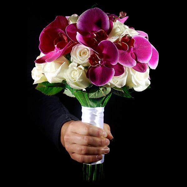 Фиолетовый букет невесты из орхидеи и роз в руке на черном фоне - PionBouton, Киев.