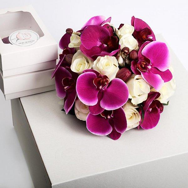 Фиолетово-белый букет невесты из орхидеи на коробке с коробочкой бутоньерки.
