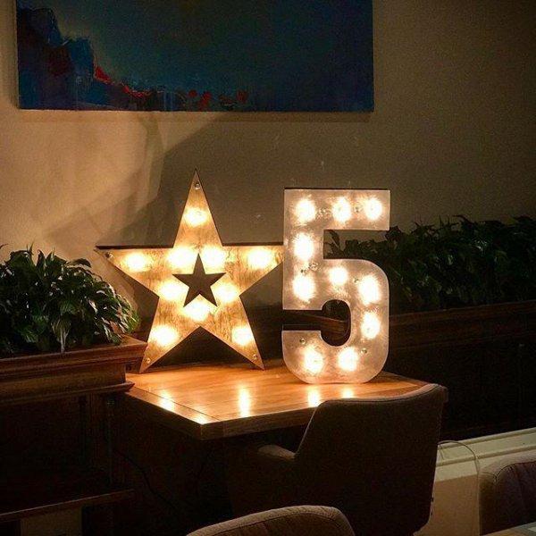 """Звезда и цифра """"5"""" на столе в аренду"""