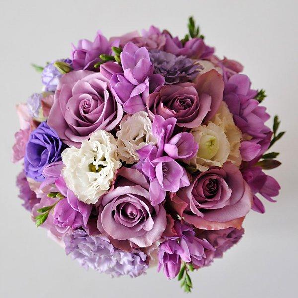 """Вид сверху на сиреневый свадебный букет невесты из роз """"Memory Lane"""", сиреневой и белой эустомы, сиреневой фрезии."""