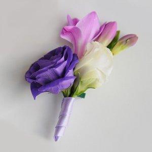 Сиренево-фиолетовая бутоньерка жениха из эустомы и фрезии