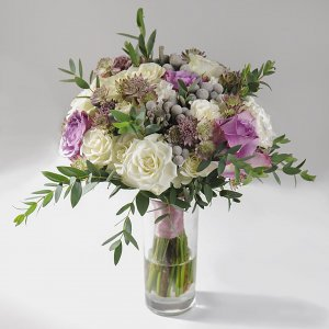 Сиреневый букет невесты из сиреневой розы и астранции, брунии, кустовой белой розы и эвкалипта