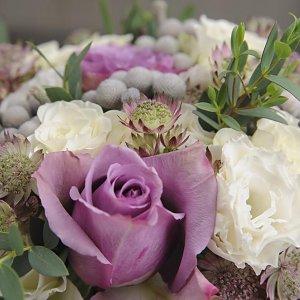 Цветы в сиреневом свадебном букете из роз, астранции, брунии и эвкалипта
