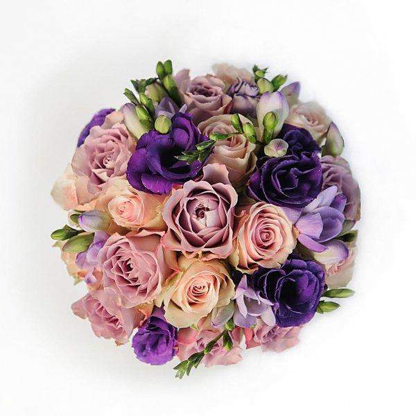 Розовые, сиреневые и фиолетовые цветы в свадебном букете.