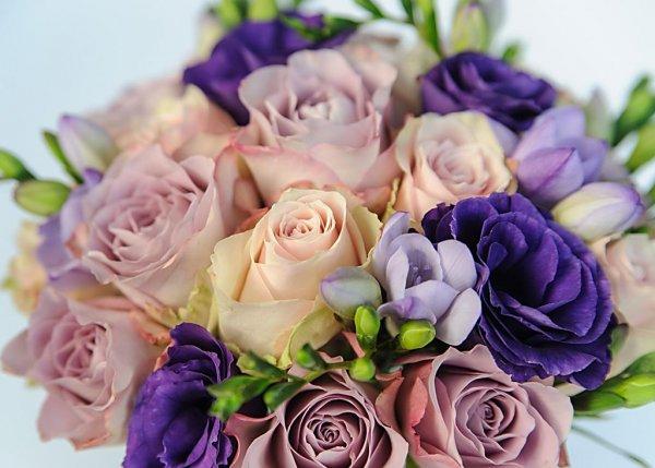 Бутоны розовой и сиреневой розы, цвет фиолетовой эустомы, сиреневой фрезии.