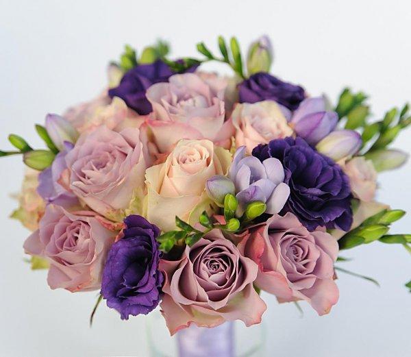 Букет невесты из розовых роз и сиреневых роз, сиреневой фрезии, фиолетовой эустомы - Киев.