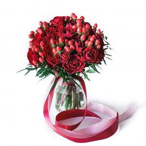 Бордовый букет невесты из кустовых розочек с ягодками гиперикума.