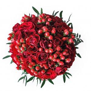 Бордовый букет невесты из кустовых розочек с ягодками гиперикума - сверху.