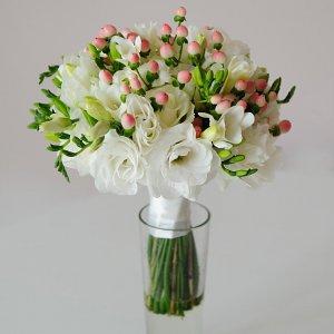 Белый букет невесты из эустомы, фрезии, розы и розового гиперикума