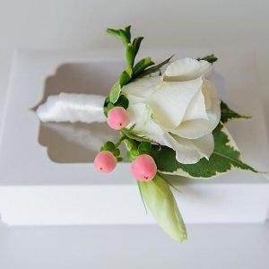 Бутоньерка жениха на подарочной коробочке
