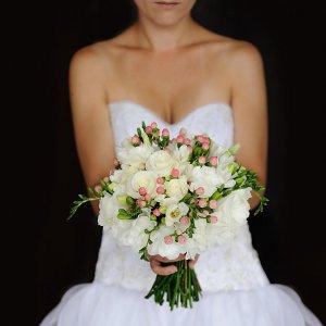 Белый букет дублер из белых цветов в руках невесты