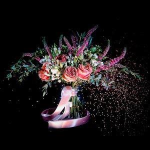 Яркий букет невесты растрёпыш из пионовидных роз, вероники, фрезии, эвкалипта и бувардии