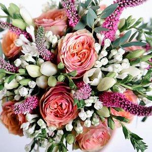 Цветы в букете растрепыше из роз, фрезии, вероники розового цветоа