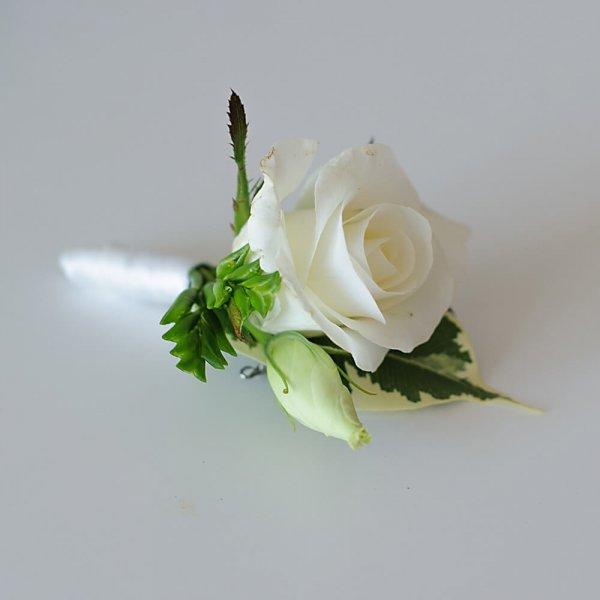 Бутоньерка жениха из белой розы.