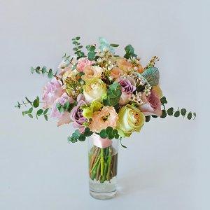 Букет невесты в нежно-розовых пудровых тонах из роз, эустомы, хамелациума, эвкалипта.