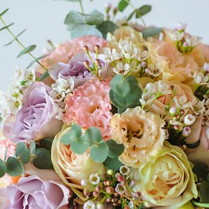Цветы в букете невесты в нежно-розовых пудровых тонах из роз, эустомы, хамелациума, эвкалипта.