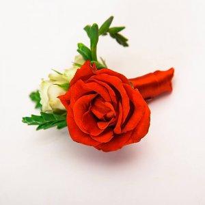 Красно-белая бутоньерка жениха из роз.
