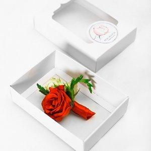 Красно-белая бутоньерка жениха в коробочке.