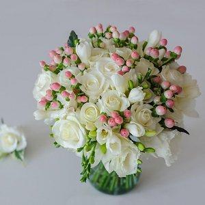 Свадебный белый букет из роз, эустомы, фрезии, гиперикума вместе с бутоньеркой.