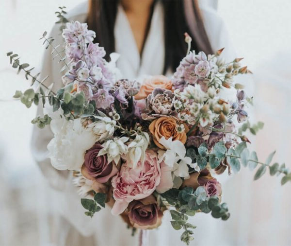 Букет невесты из пионов, розы, гвоздик, хамелациума, дельфинума, серруреи