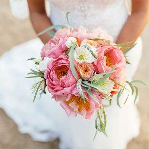 Букет невесты из розовых пионов с пионовидными розами, георгинами и вероникой.