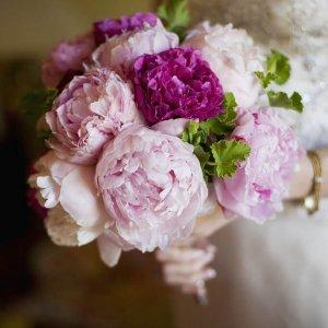 Букет невесты из светлорозовых и темнорозовых пионов.