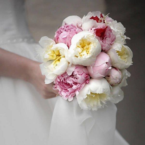 Свадебный букет из белых и розовых пионов.