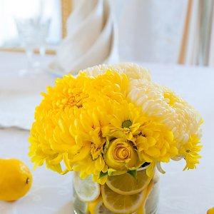 Цветы для стола молодых лимонной свадьбы - ресторан Лавилия, Киев.