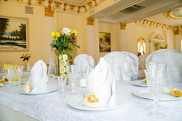 Стол гостей с букетом цветов в лимонном стиле.