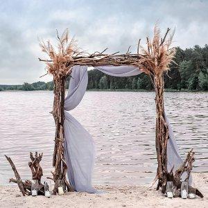 Свадебная арка из веток и сухоцветов.