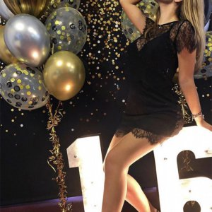 Девушка на фотозоне с большими цифрами 16