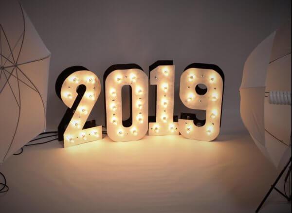 Цифры 2019 на фотозоне для фотосессии