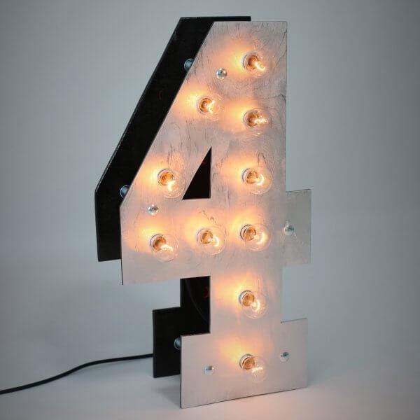 Объемная цифра 4 с светящимися лампочками