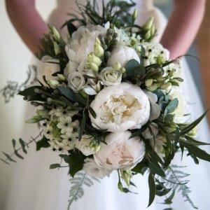 Букет невесты с белыми пионами, белой эустомой, эвкалиптом, брунией, орнитогалумом и аспарагусом