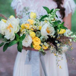 Ароматный свадебный букет с пионами и мятой.
