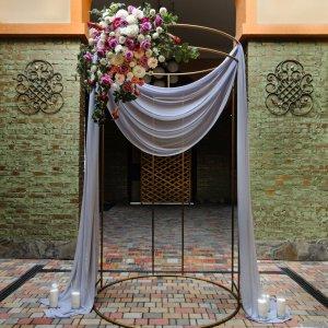 """Внутренний арочный дворе """"Green Villa"""" с установленной в ней свадебной аркой хупой"""