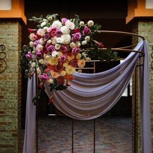 Живые цветы на свадебной арке. Из них собрали большую пышную композицию.