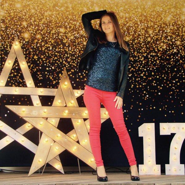 """Девушка перед фотозоной с светящимися звездами и цифрами """"17""""."""