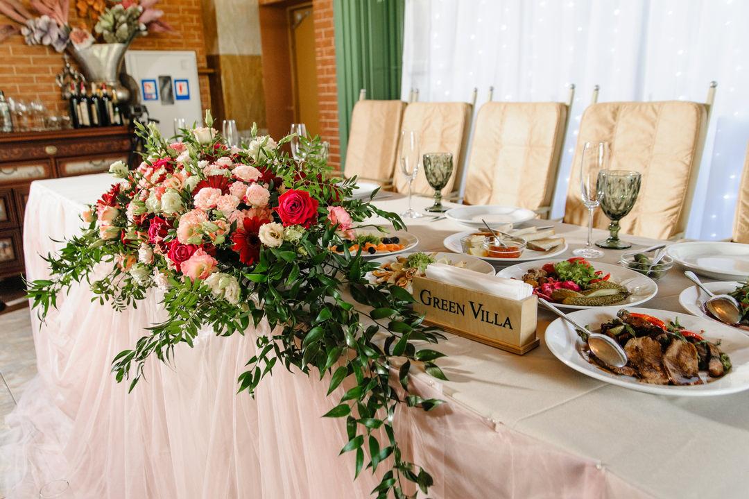"""Цветочная композиция на сервированном столе молодых, ресторан """"Green Villa"""""""